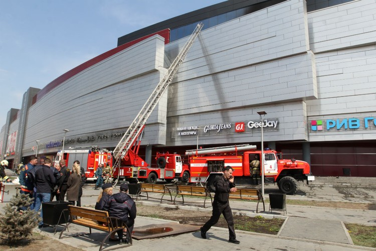 """Пожарные быстро справились с тушением огня в ТРЦ """"Сильвер Молл"""" в Иркутске."""
