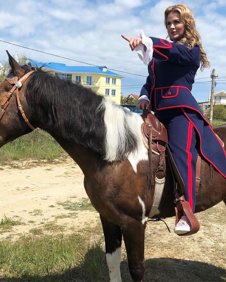 Семенович бесстрашно оседлала коня. Фото:ann_semenovich/Instagram