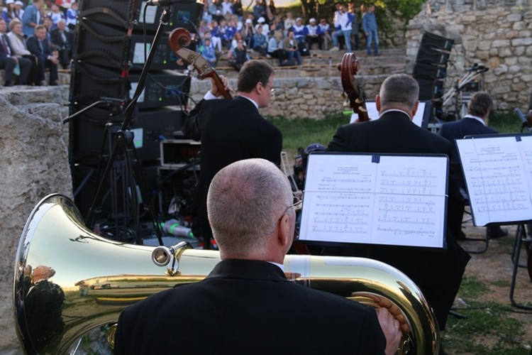Симфонический оркестр в этот вечер собрал музыкантов из Пскова, Краснодара и Севастополя.