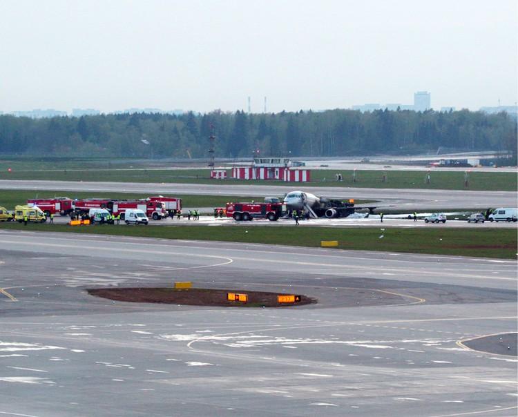 """В столичном аэропорту """"Шереметьево"""" сгорел Sukhoi Superjet-100"""