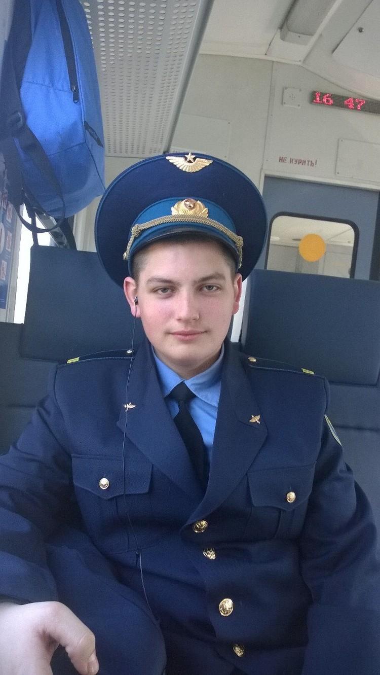 Стюард Максим Моисеев до последнего оставался внутри салона горящего самолета, помогая пассажирам покинуть борт