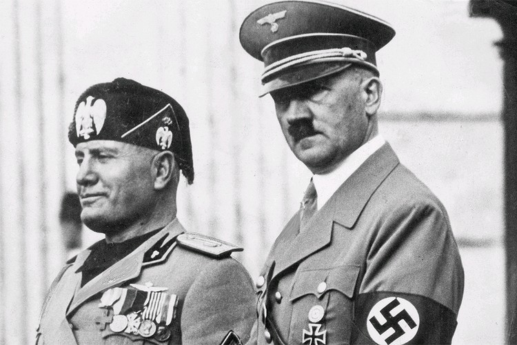 Бенито Муссолини и Адольф Гитлер в 1937 году.