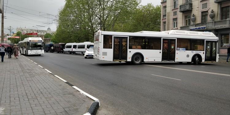 Центральные улицы перегородили автобусами.