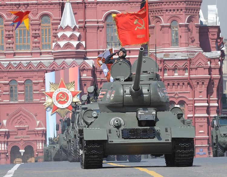 Колонну военной техники возглавил легендарный Т-34.