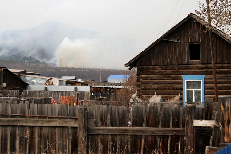 Огонь остановили в нескольких километрах от поселка.