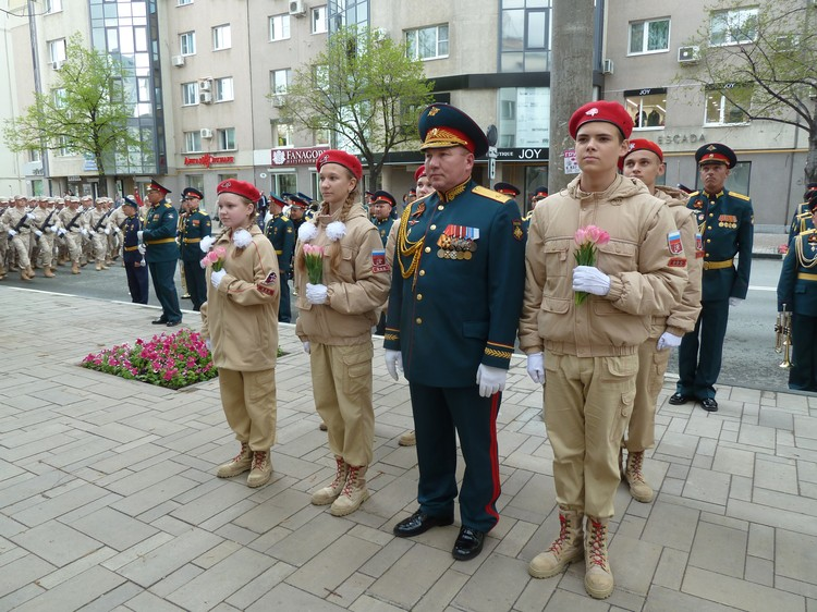 Вместе с военными пришли под окна ветеранов и юнармейцы