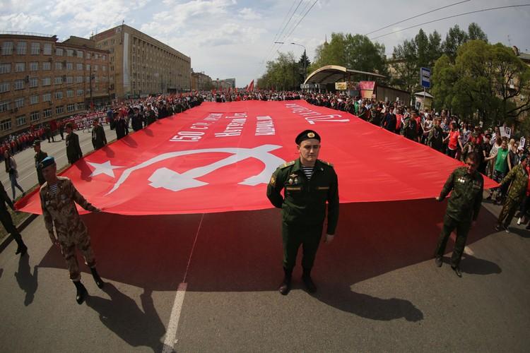 Перед началом шествия голова колонны расположилась возле перекрестка пр. Ленина и ул. Энтузиастов