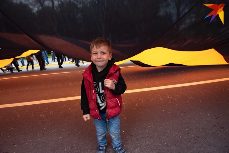В Севастополе развернули самую большую в России георгиевскую ленту. Ее площадь - больше двух тысяч квадратных метров Фото: Фото Анна САДОВНИКОВА