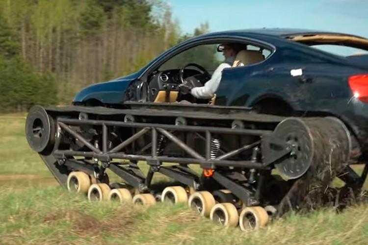 Авто без особого труда двигается по бугристой и каменистой местности.
