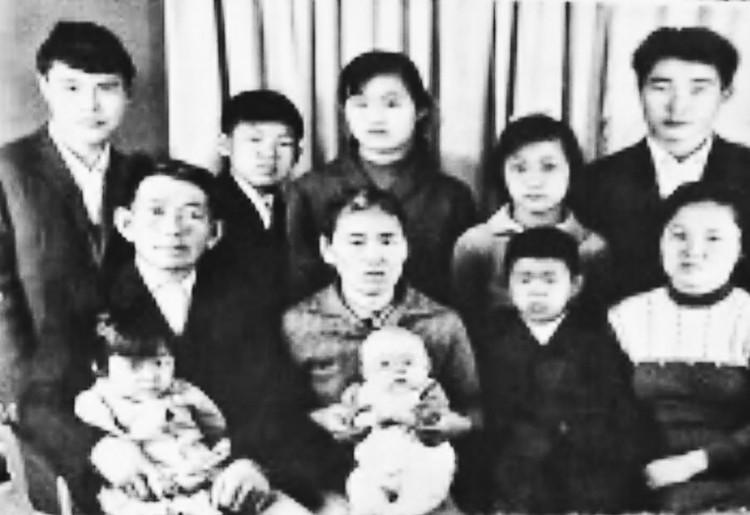 Кап Сок и Сун И с детьми.