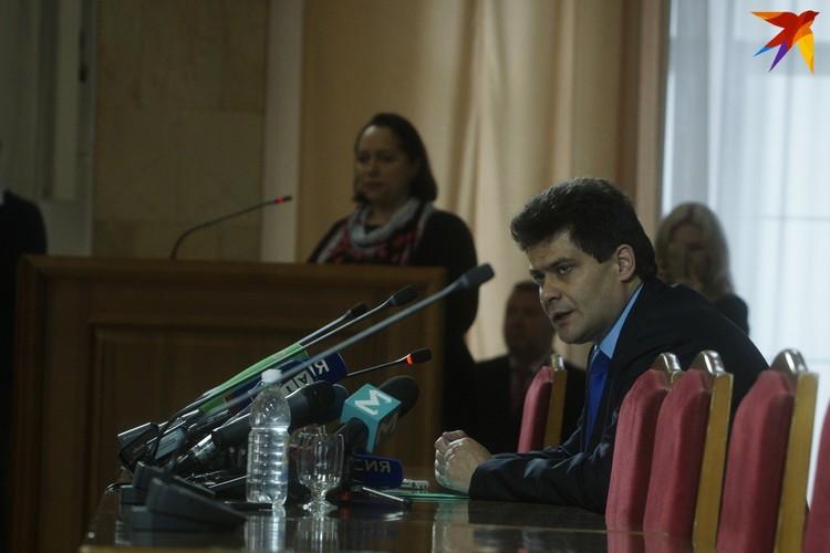 Александр Высокинский отметил, что будет принимать решение о форме опроса совместно с депутатами гордумы