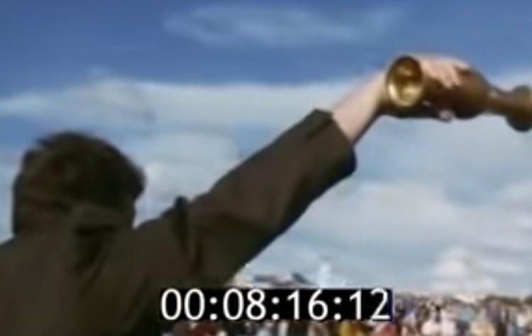 Аркадий Чернецкий выливает первую воду в фонтан. Фото: скрин с видео