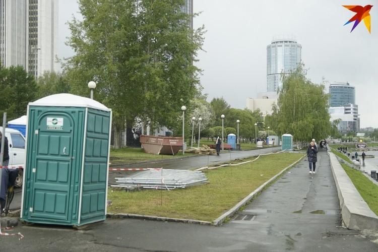 Биотуалеты по-прежнему стоят вдоль набережной Городского пруда