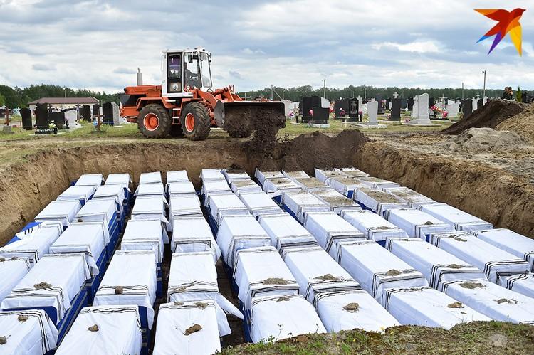 Сначала землю в могилу бросили участники траурной церемонии, потом в работу включились бульдозеры.