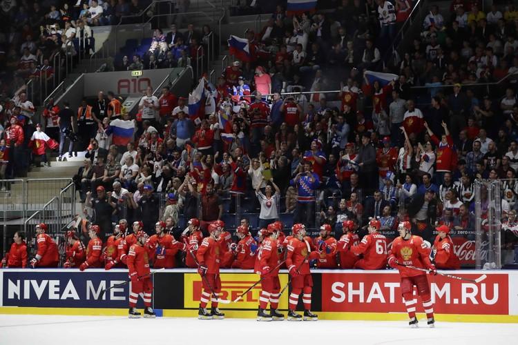 Наши празднуют очередную шайбу в ворота сборной Чехии.