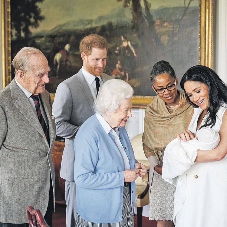 8 мая с новорожденным правнуком Арчи познакомились королева Елизавета и ее супруг принц Филипп. Рядом с Меган - ее мать Дория Рэгланд.