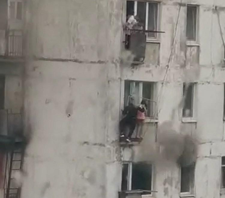 Молодой человек выглянул в окно и увидел головы детей, которые прятались от пожара на балконе этажом ниже