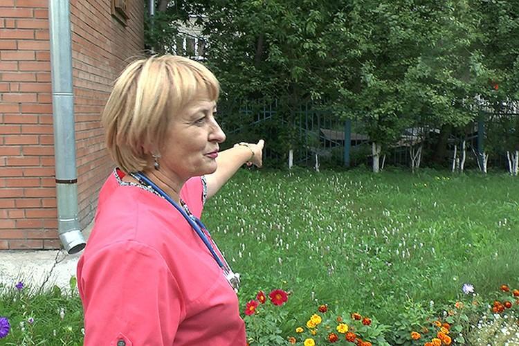 Татьяна Кучерявая, заведующая отделением специализированного Дома ребенка №3, показывает, где была найдена Ульяша