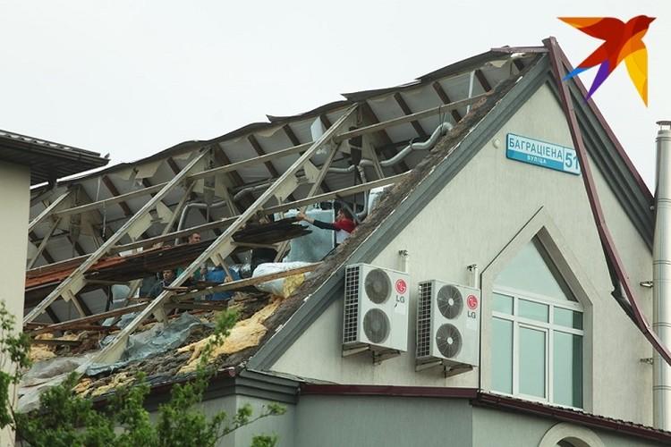 Ветер сорвал полностью одну сторону крыши дома.