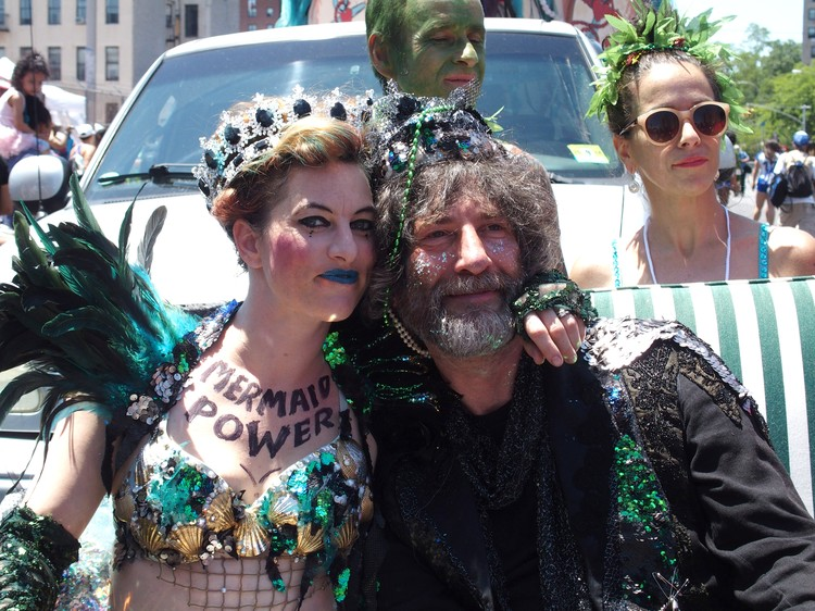 Нил Гейман на параде русалок