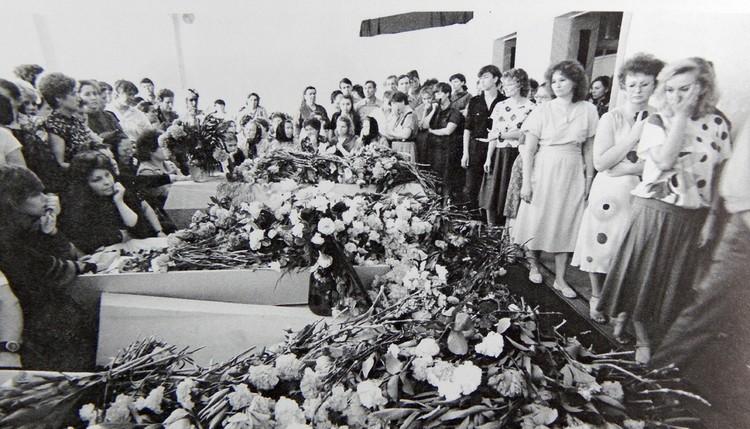 Похороны. Многие гробы пустые. Фото: архив Юрия Вишни.