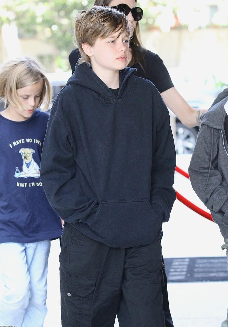 Дочь Джоли принимает гормоны ради смены полы