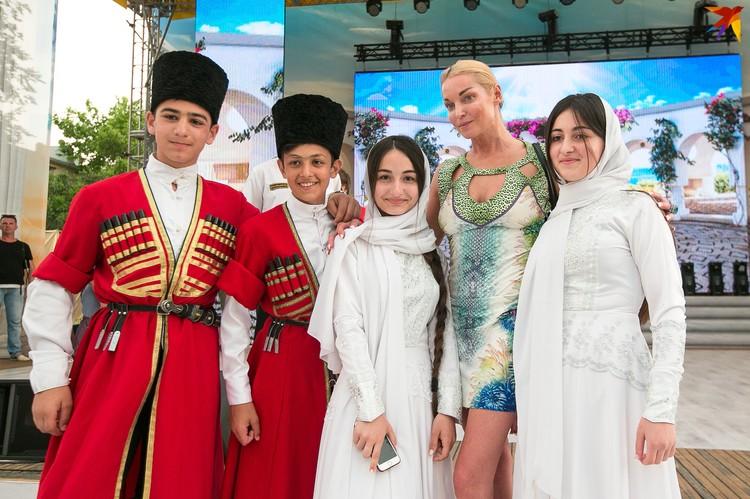 Юные поклонники Волочковой выстраивались в очередь, чтобы сфотографироваться с ней