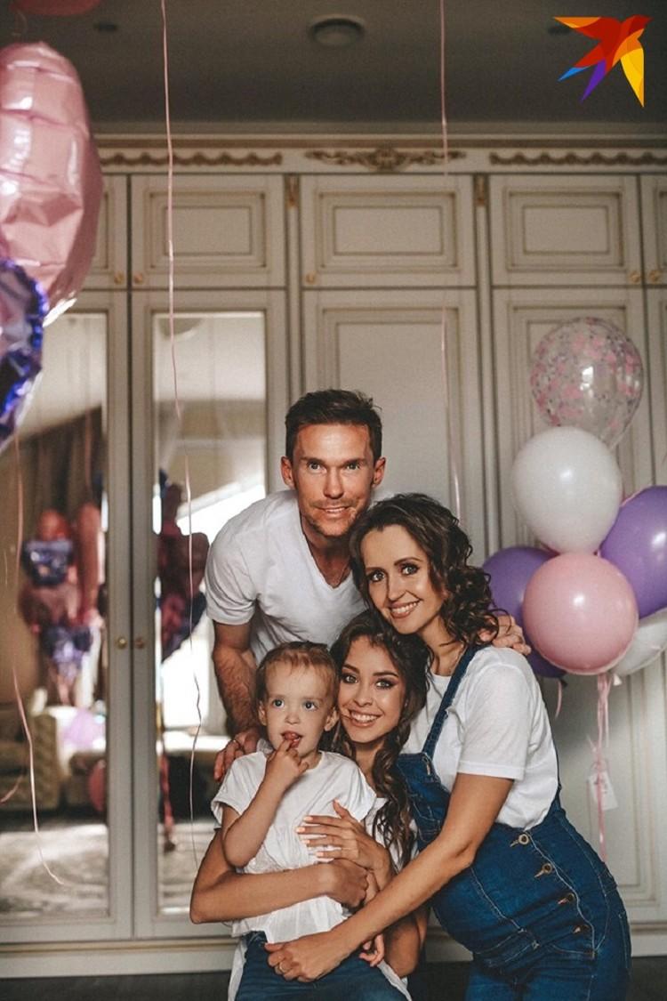 - Ариша очень похожа на нашу вторую доченьку – маленькую Сашеньку, - радуются счастливые родители. Фото: личный архив.