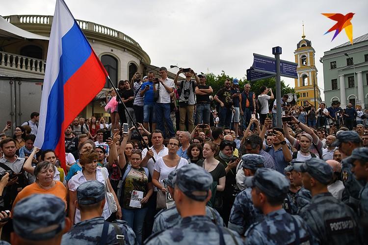 Несмотря на все предостережения, в полдень на Чистопрудном бульваре собралось около 1000 человек