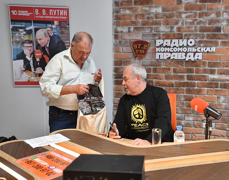 Александр Гамов вручил артисту подарки