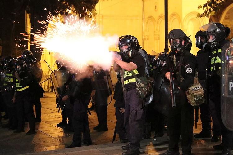 В ход пошли слезоточивый газ и резиновые пули.