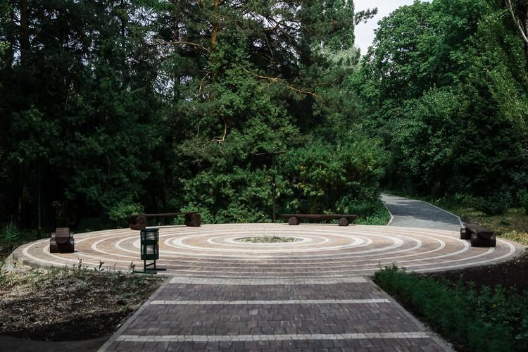 В саду обновились дорожки и центральные галереи