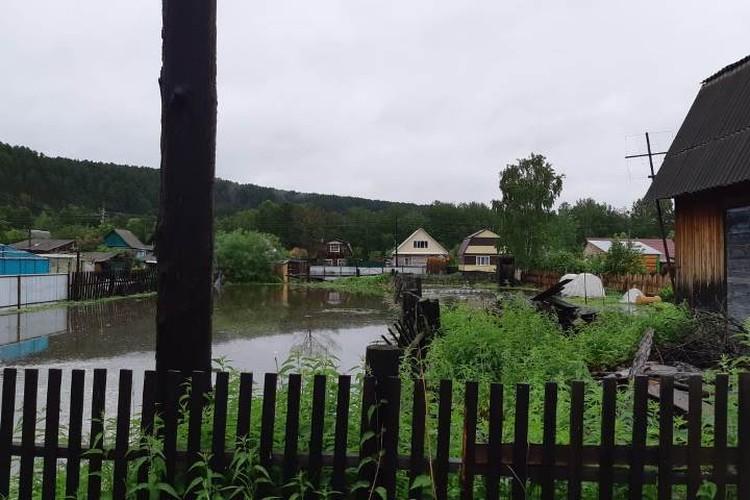 Из-за сильных дождей реки вышли из берегов и подтопили участки сибиряков.