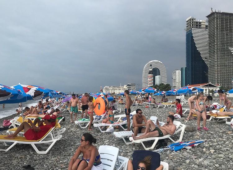 Батумский пляж. Туристов из России здесь хватает.