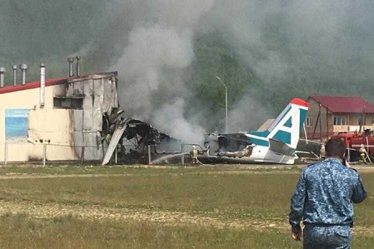 Самолет врезался в здание отчистных.
