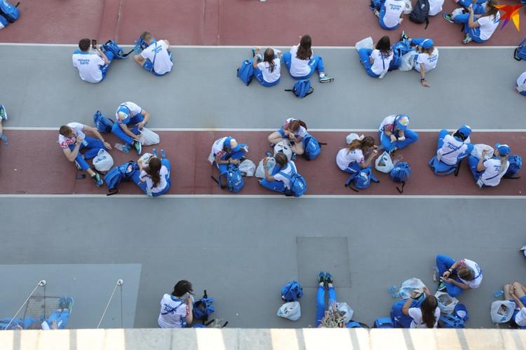 Завершающее шоу посвятили волонтерам: они все 10 дней летали, как пчелки! Даже поесть не успевали нормально: перекус прямо на стадионе - и за работу.