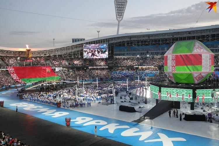 7. Церемония началась с исполнения гимна: в этот момент мини-националку окрасили в цвета флага.