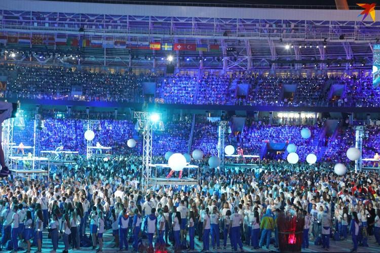14. Видел ли когда-нибудь стадион «Динамо» столько людей? В центре - спортсмены и волонтеры. Тысячи!