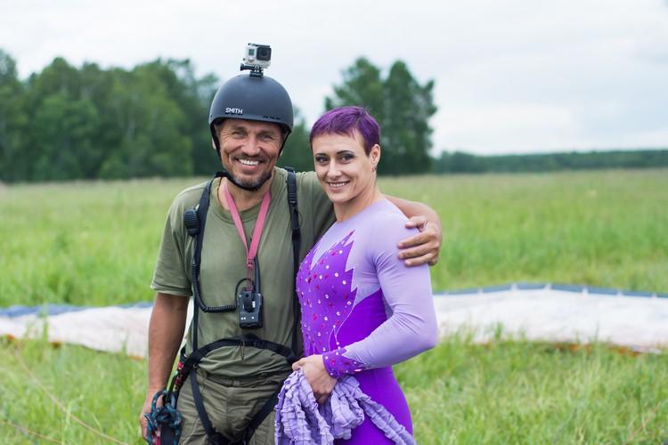 Перед полетом: парапланерист и спортсменка.