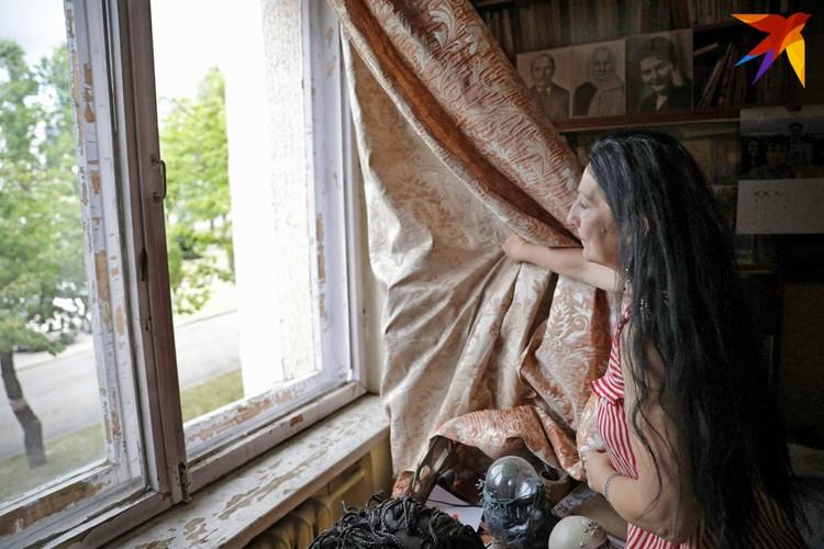 Салютом выбило окна и в квартире Елены.