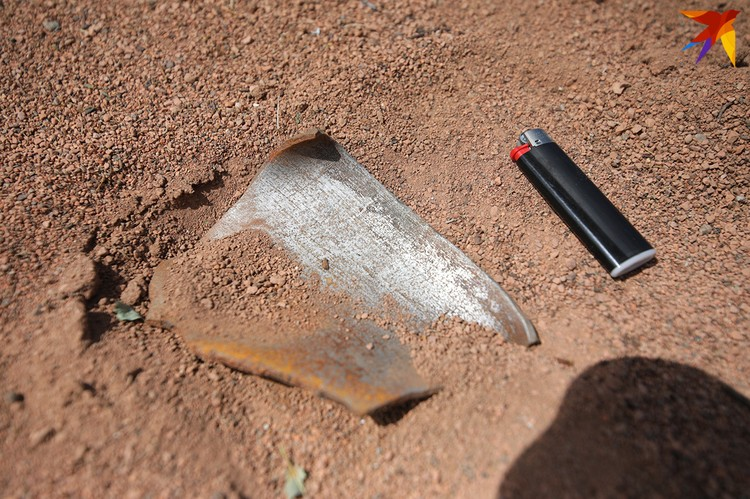 """Осколок от снаряда с фейерверком нашли на теннисном корте около спорткомплекса """"Динамо""""."""