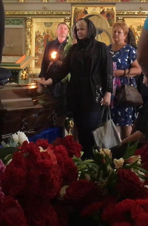 Елена Лапуцкая долго не отходила от гробов.