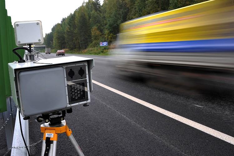 Автоматический видеофиксатор нарушений правил дорожного движения на автотрассе. Фото ИТАР-ТАСС/Интерпресс/Алексей Кунилов