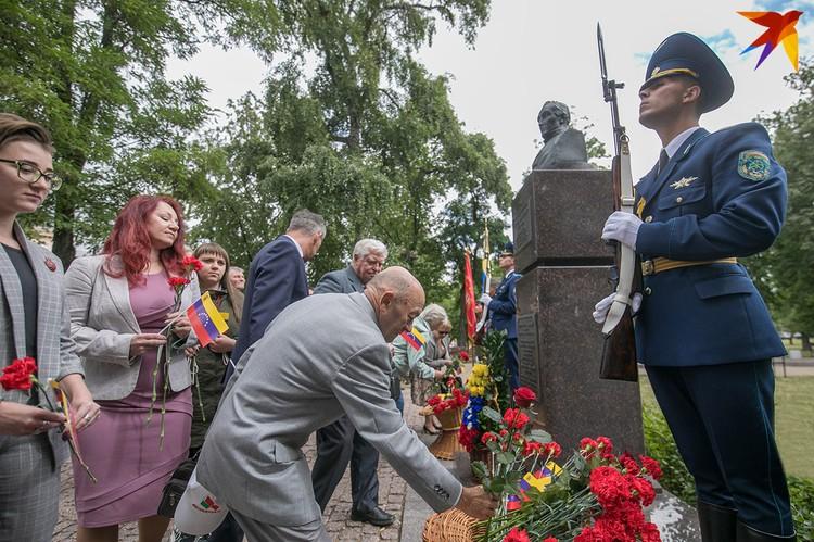 Возложение цветов к памятнику Симона Боливара.