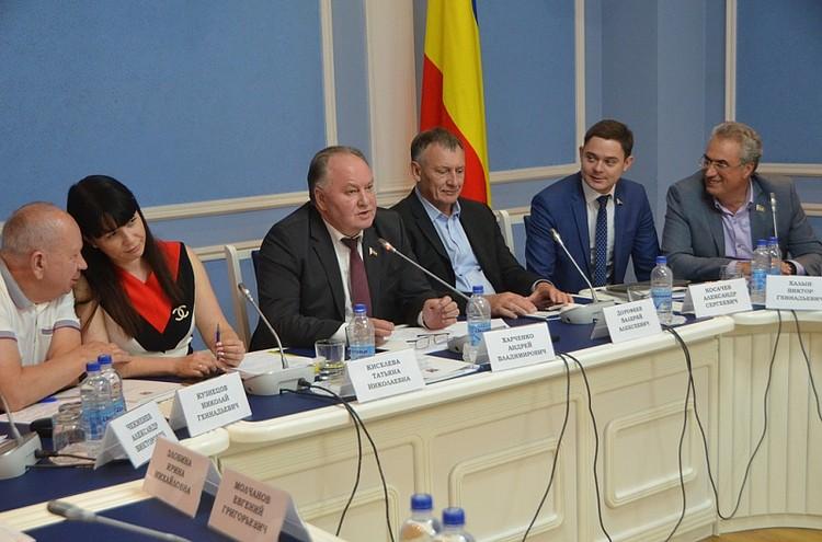 Участники дискуссии обсудили меры поддержки оказавшимся в затруднении компаниям. Фото: пресс-служба ЗС РО.