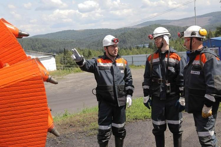 Пока комбайн готовится к спуску в шахту, Илья Сорокин попробовал управлять им. ФОТО: Денис Рассохин.