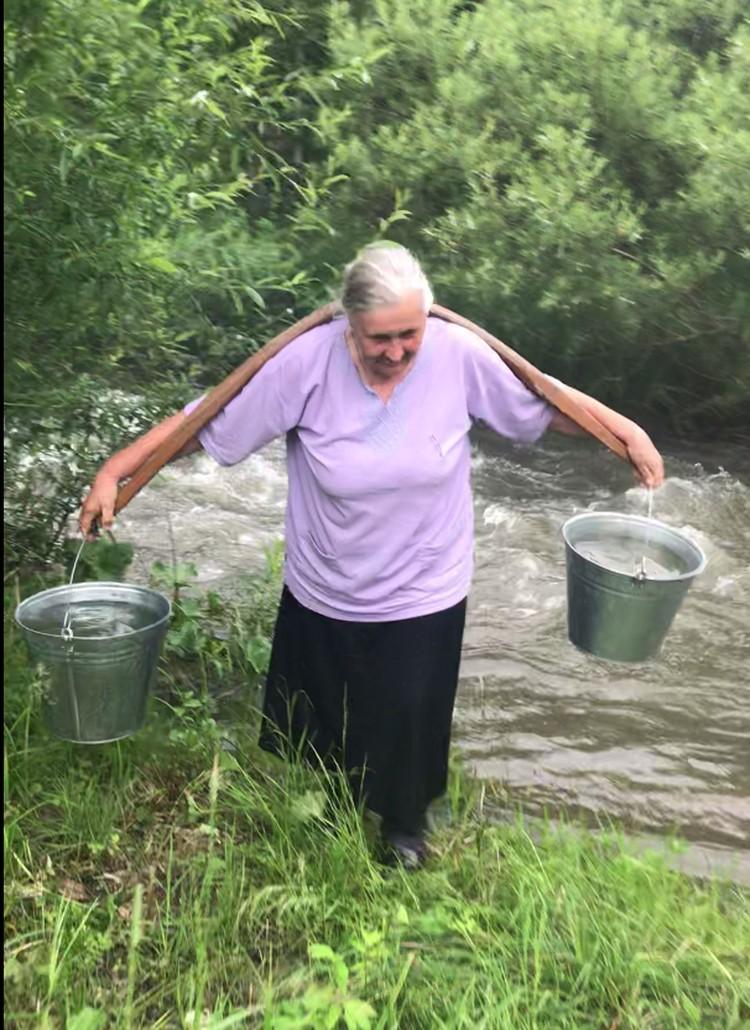 Откуда в бабушке только силы берутся? А ведь ей уже 70 лет!