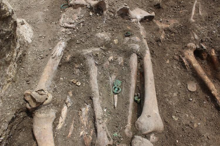 """Большая часть погребального инвентаря по мнению археологов, находится под останками, однако уже сейчас очевидно, что захоронение не разграблено. Фото: пресс -служба фонда """"Археология"""""""