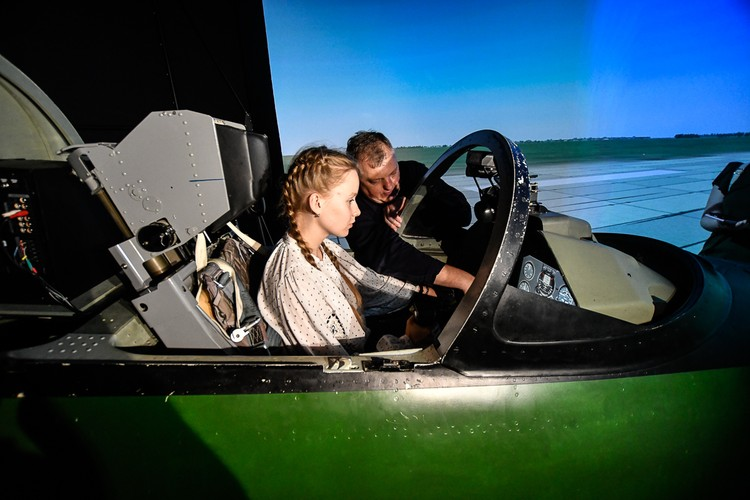 Кристина раньше управляла подобными симуляторами, а вот за штурвалом настоящего самолета еще не побывала.