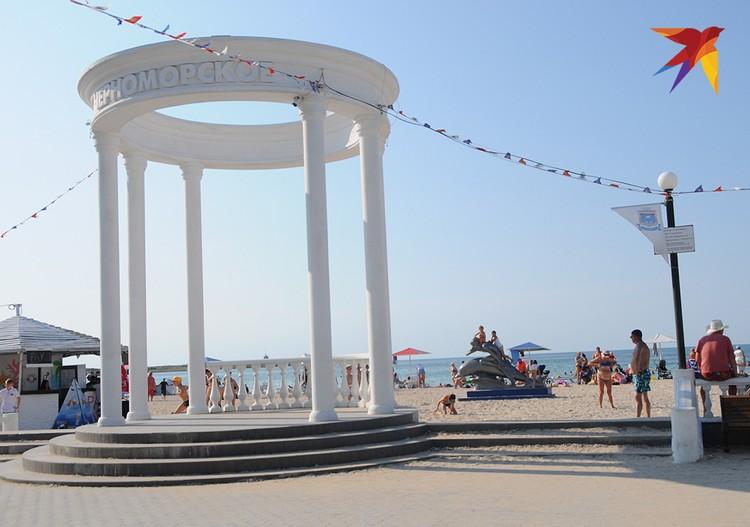 Ротонда в центре городского пляжа напоминает о тех славных временах, когда Черноморское было одной из баз флота и по выходным здесь располагался духовой оркестр.